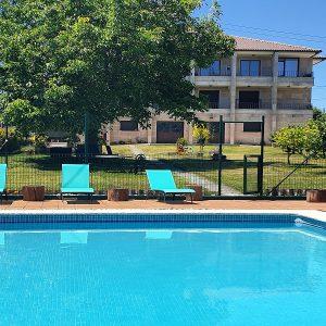 Apartamentos Ría de Aldán piscina y jardin