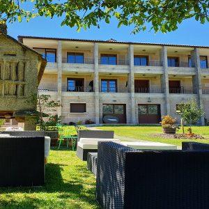 Apartamentos Ría de Aldán sofas jardin